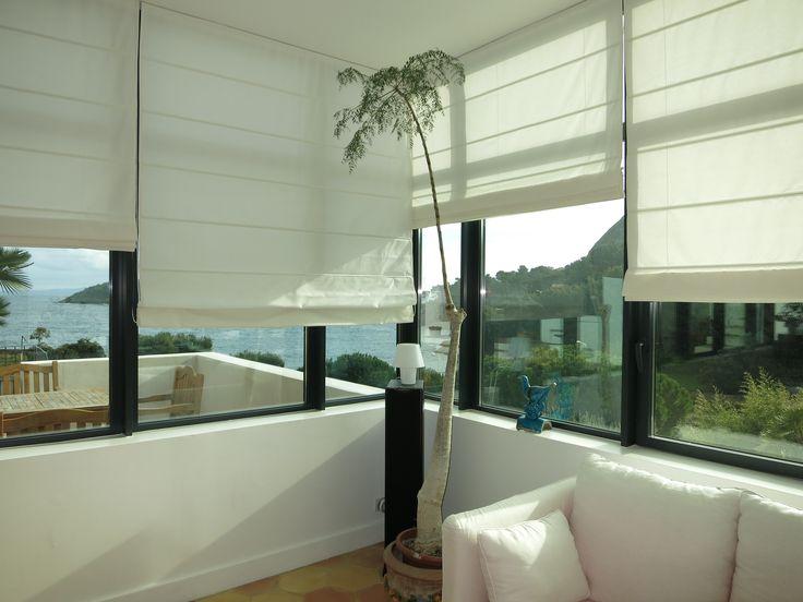 des stores bateau sur mesure en toile blanche pour quiper cette grande v randa sur la mer www. Black Bedroom Furniture Sets. Home Design Ideas