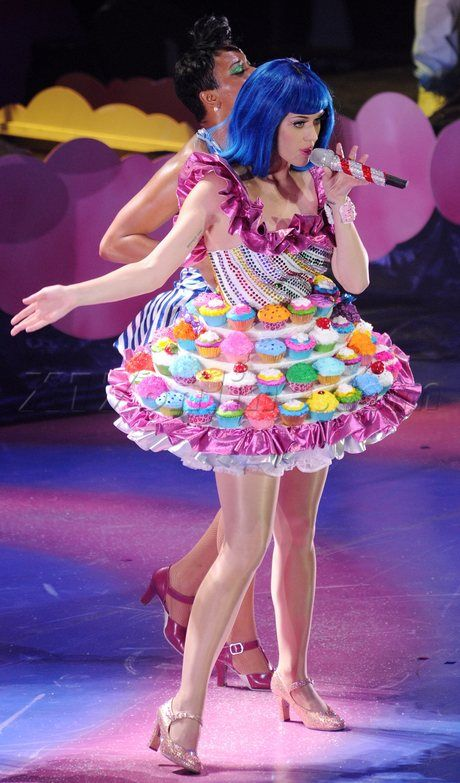 Looking like a teenage dream, KP wears this fun cupcake themed costume ...460 x 783 | 100.8 KB | dollmaison.blogspot.com