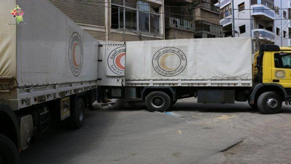 Truk bantuan kemanusiaan memasuki kota Douma Ghautah Timur  DOUMA (Arrahmah.com) - Beberapa truk yang membawa bantuan kemanusiaan menyeberang masuk ke kamp Al-Wafdin yang berada di dalam kota Douma yang terkepung yang terletak di wilayah Ghautah Timur pinggiran Damaskus di bawah naungan Bulan Sabit Merah Suriah.  Enam truk berisi bahan-bahan untuk dukungan psikososial bagi anak-anak dan vaksin peralatan untuk orang tua dan beberapa perlengkapan medis memasuki kota pada Kamis (26/5/2016) sore…