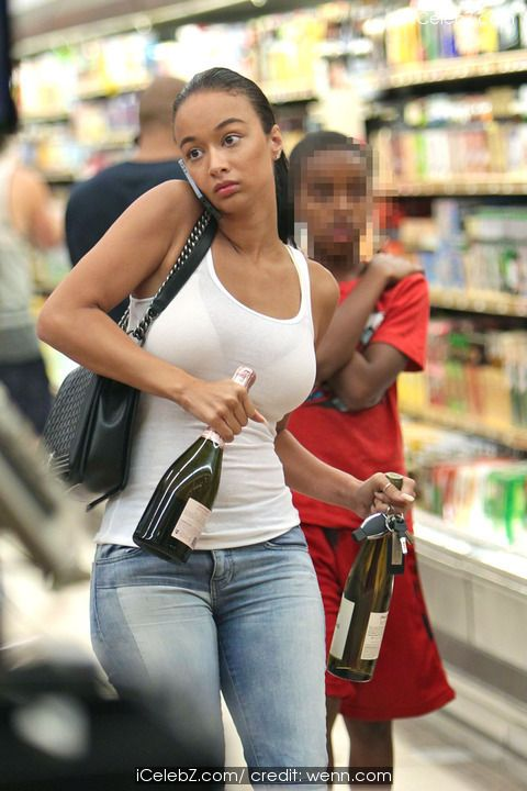 Draya Michele has her hands full while shopping at Gelsons Supermarket http://icelebz.com/events/draya_michele_has_her_hands_full_while_shopping_at_gelsons_supermarket/photo1.html