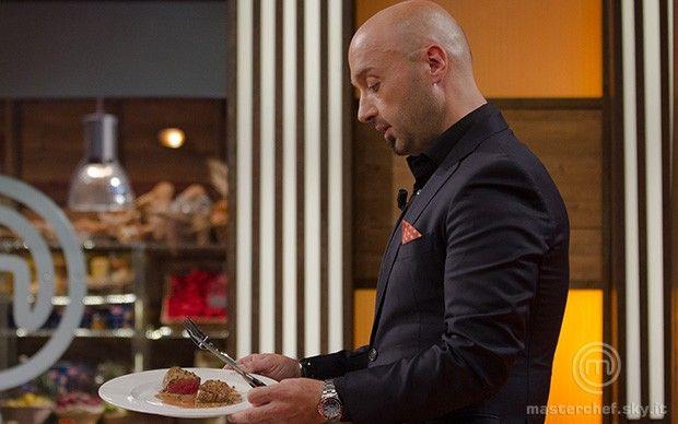 Bastianich osserva il filetto
