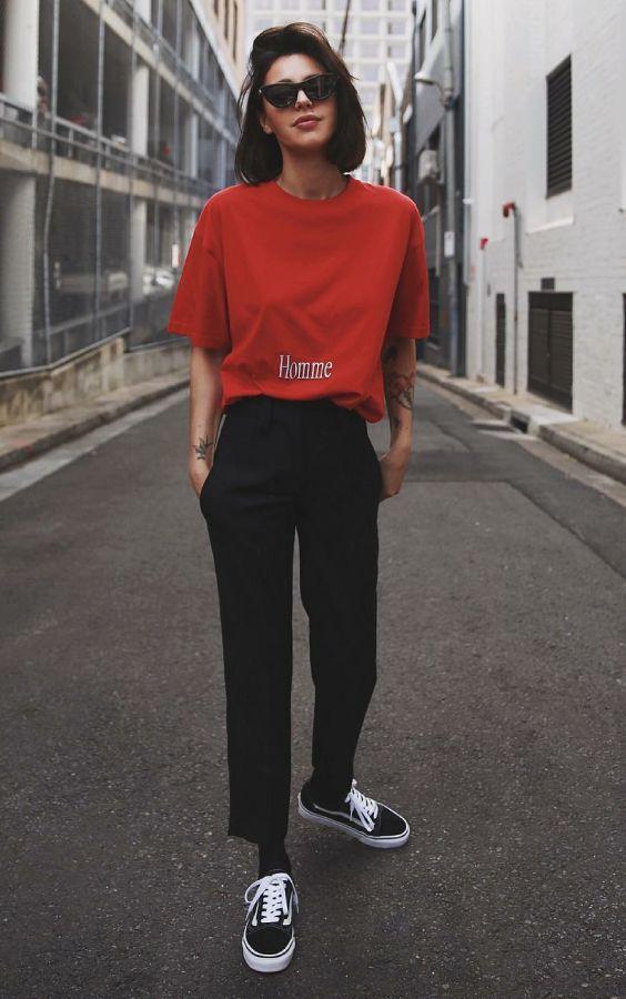 5 it girls basiquinhas para seguir no Instagram. T-shirt gráfica, calça de alfaiataria, tênis preto vans old skool