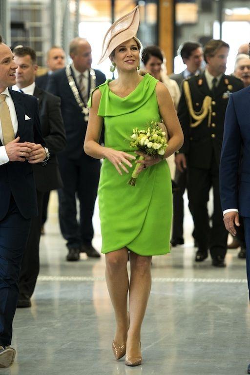 16 mei 2014 - Máxima opende in Haaksbergen een groene fabriek van Unipro BV en droeg heel toepasselijk een groene jurk van Natan en hoed van Fabienne Delvigne.
