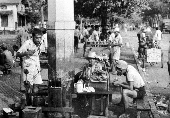 Penjual minuman di sebuah pasar di Jakarta, 1947  (C) Tropenmuseum