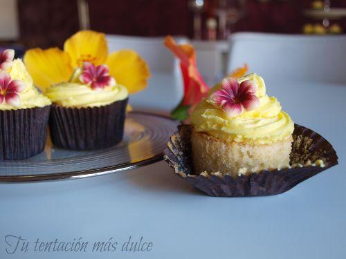 Cupcakes de coco con buttercream de plátano http://www.dondedijehuevodigodagu.com/post/58231702815/cupcakes-coco-buttercream-platano
