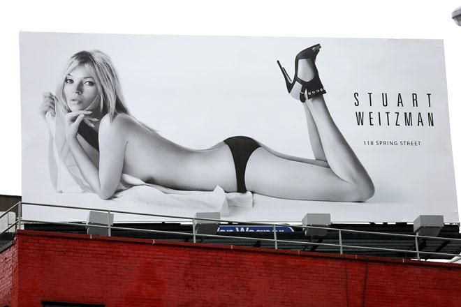 Provate a immaginare di essere in giro per New York e di ritrovarvi davanti Kate Moss in tacchi alti e slip neri. E nient'altro. È quanto accade in