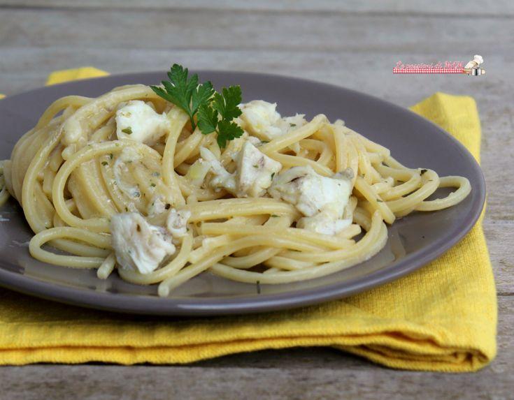 Spaghetti con pescatrice in bianco, rana pescatrice o coda di rospo un primo piatto di pasta con il pesce molto gustoso, semplice e facile da preparare