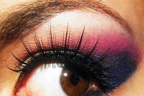Do czarnej kreacji warto wykonać kolorowy makijaż, który doda całej kompozycji energii #makijaż #party