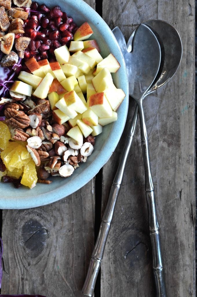 Fresh superfood Christmas Salad with red cabbage, pomegranate, apples, oranges, cranberries and nuts. Frisk superfood jule salat med rødkål, granatæble, æbler, appelsiner, tranebær og massere af nø...