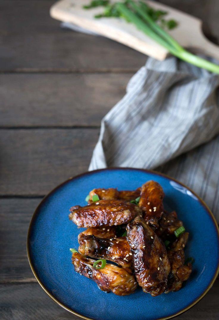 Sesame Hoisin Flügel sind leicht zu machen und perfekt für Spiel-Tag!  Sie sind gebacken, nicht gebraten, aber das Fleisch fällt direkt an den Knochen.  Holen Sie sich das Rezept von SavorySimple.net