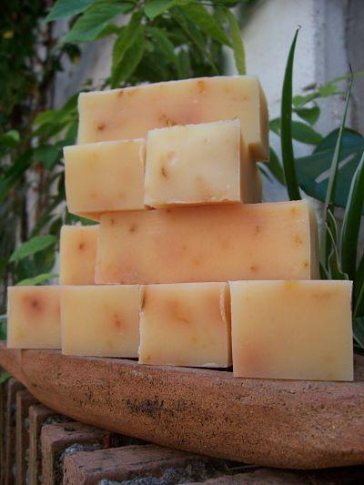 Cremoso jabón de aceite de oliva virgen extra con manteca de karité y caléndula..suaviza pieles delicadas y/o problemáticas..aroma cítrico, casi como si exprimieses una lima, impactante y fresco, vibrante y energético..