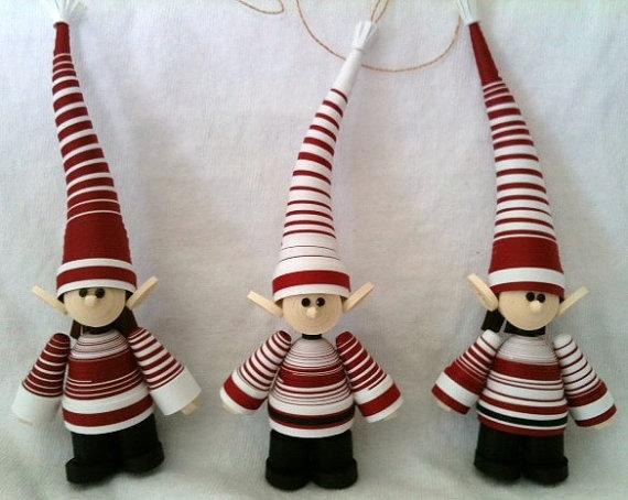 Elfos de Santa Claus hechos totalmente de tiras de papel quilling
