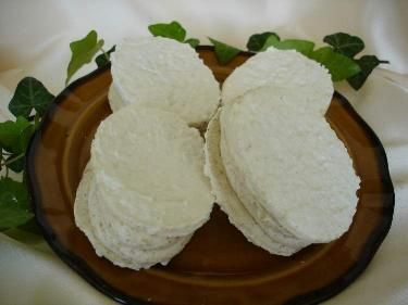 Bílky s cukrem krupice ušleháme do tuhého sněhu. Do něj pak zamícháme cukr moučka a kokos (ořechy). ...