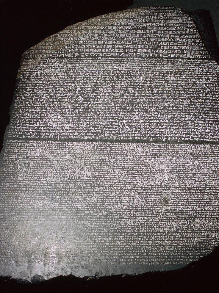 La piedra de Rosetta, con inscripciones en egipcio, demótico y griego antiguo, fue hallada el 15 de julio de 1799 por parte de un destacamento militar francés.