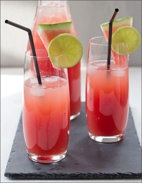 Wassermelonen-Limo für etwa 1,5 - 2 Liter Limo 100 ml Wasser 50 g #Zucker Saft von 2 #Zitronen 1 kg Wassermelonenfruchtfleisch von einer kernarmen #Wassermelone 0,5 - 0,7 l Mineralwasser oder stilles Wasser nach Geschmack reichlich Eiswürfel oder Crushed Eis zum Servieren Wassermelonenstücke und Zitronen- oder Limettenscheiben zum Garnieren