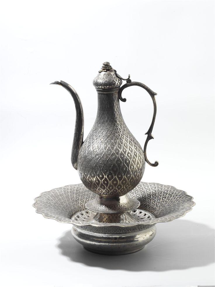 Gümüşler | Topkapı Sarayı Müzesi Resmi Web Sitesi-Topkapı Sarayı Müzesi'nde bulunan ve 16. ve 19. yüzyıllar arasında üretilmiş olan gümüş eserler, zenginliğin sahip olunan gümüşle ölçüldüğü Osmanlı İmparatorluğu'nun hazinesinin önemli bir bölümünü oluşturmaktadır. Yaklaşık 2000 civarında gümüş eserden oluşan Saray koleksiyonu, Osmanlı Saray hazinesinden intikal eden gümüşler, padişahların cülûs yıldönümlerinde aldıkları hediyeler ve Avrupalı diplomatların ziyaretlerinde padişahlara