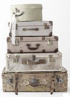 Natuurlijk mag een stapel oude koffers niet ontbreken. Staat leuk in een hoek en is meteen een leuke opbergplaats voor speelgoed!#leenbakker