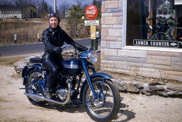 nahka-asuinen nainen moottoripyörällä vintage