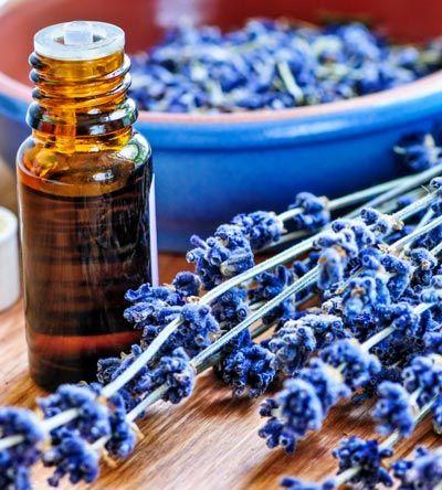 Rezept für ein erfrischendes Parfum mit Lavendelduft - mit nur 4 Zutaten. www.ihr-wellness-magazin.de