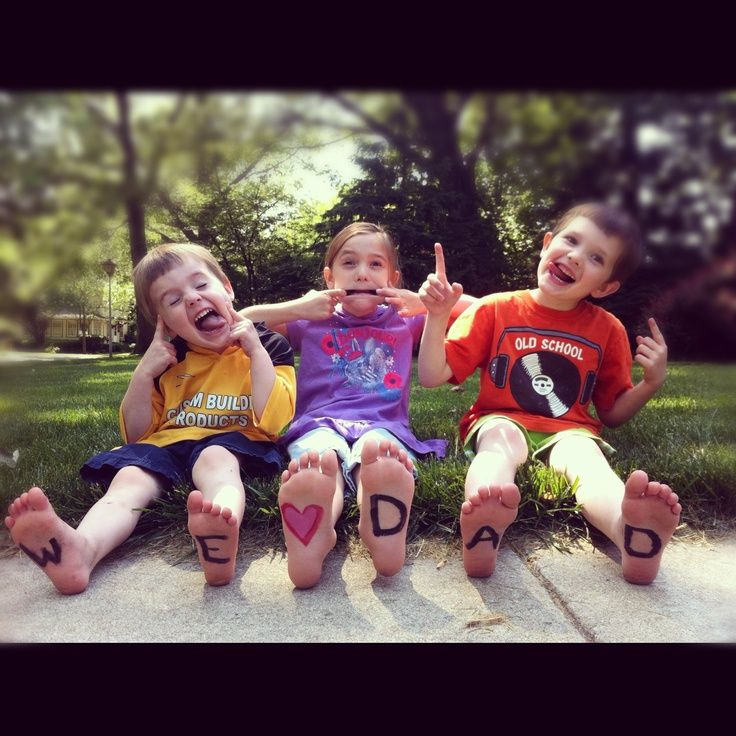 """This """"we love dad"""" feet photo is a simple (& adorable!) gift idea! #FathersDay2013 Even grown-up kids can do!"""
