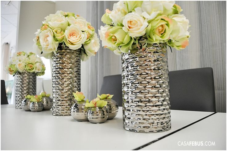 Colocar rosas blancas en tu comedor lo hará lucir sofisticado. ¡Usa flores artificiales y estarán bellas siempre!