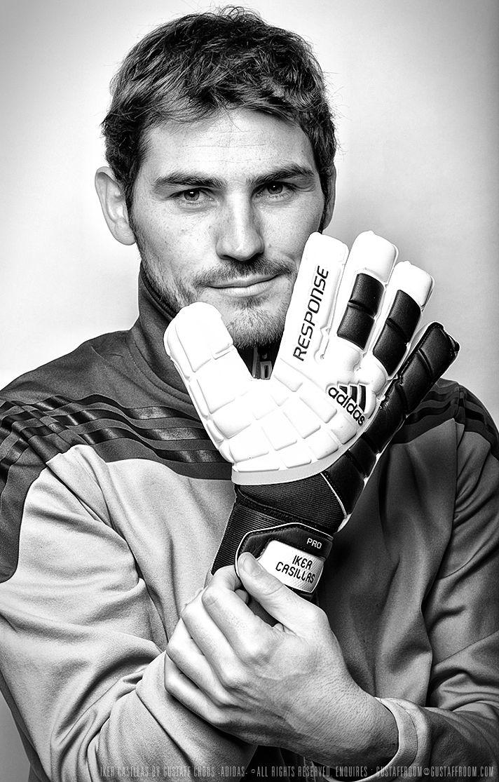 Iker Casillas es un jugador de deportes (profesional). él  es un miembro de España equipo.