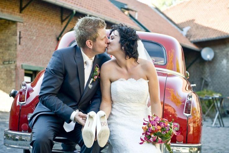 Wedding, bruid, bruiloft, landgraaf, trouwschoenen, yes i do op schoenzool, rode trouwauto, overste hof, foto:  www.sjurlie.nl