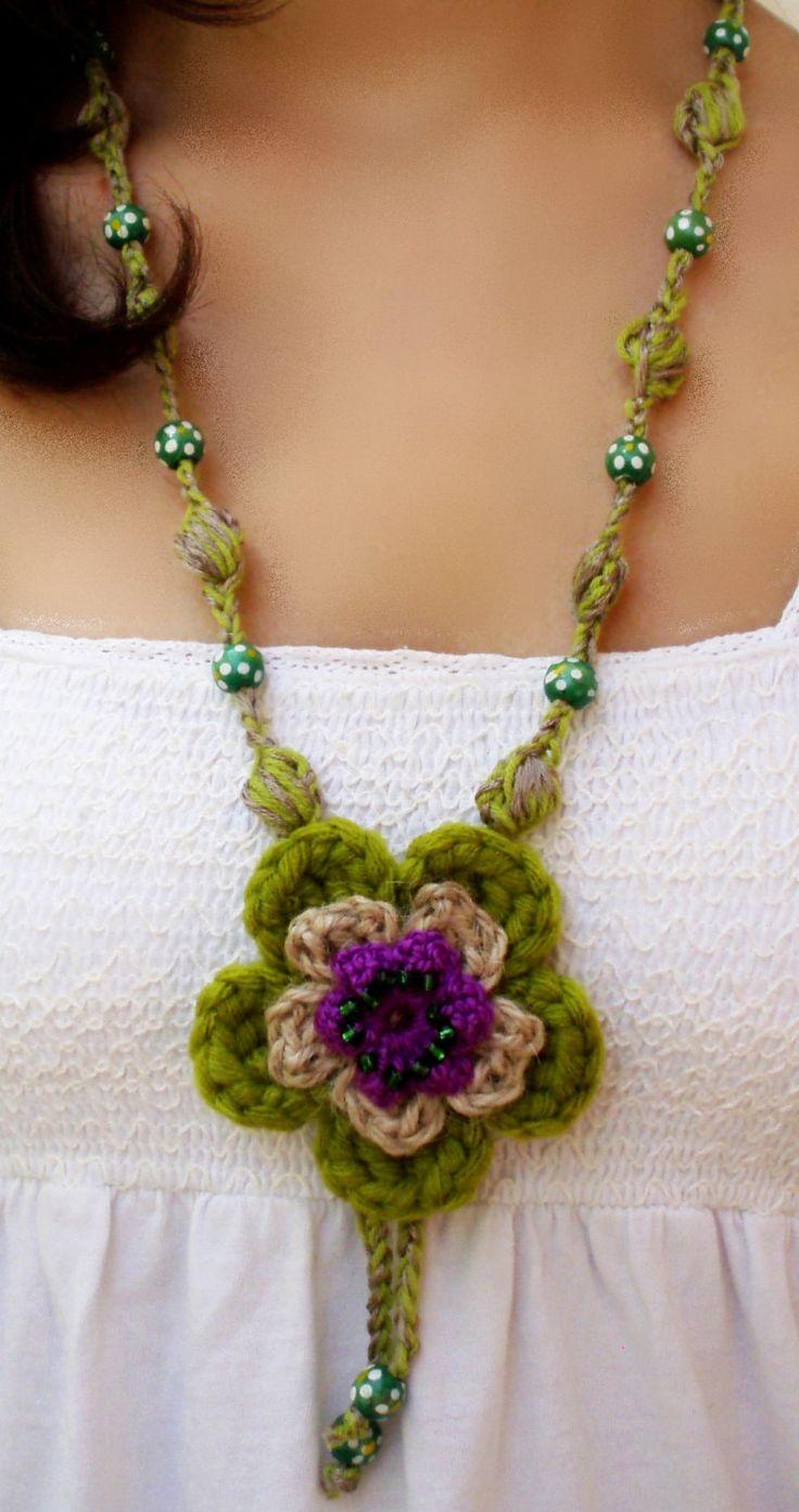 Conception originale du collier avec fleur verte et pourpre DIDIcrochet. Faits de coton filé, cordon de corde et perles en bois. Fleur vert faisant médaillon dispose d'un centre perlé pourpre. Comptes de la dentelle sont faits de bois. Atout qui donne la vie et se félicite de n'importe quel t-shirt ou chemisier, très simple, quil peut être. Le fil avec lequel travaille le cordon a choisi spécialement pour que vous ne pas hacher ou déranger dans le cou. Un autre avantage de ce collier est sa…