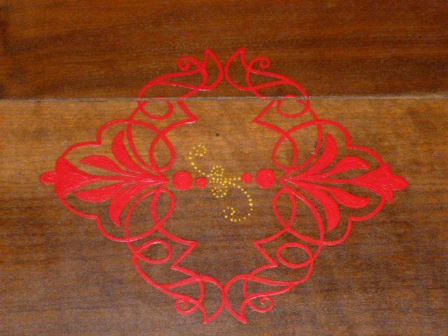 detalhe do centro da mesa; não é estêncil, desenho à mão livre