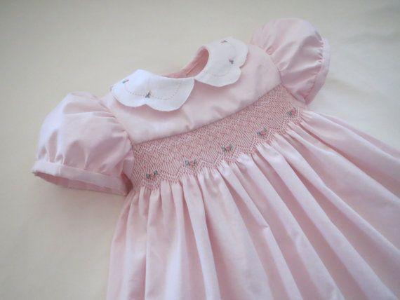 Hermosa pálida rosada y blanca clásico de la mano suave fruncido y vestido bordado para niño niña y bebé. Hecho a la medida.                                                                                                                                                                                 Más