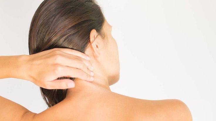 Leiden Sie unter Kopfschmerzen, die vom verspannten Nacken ausstrahlen? Dann sollte Sie diese Übung ausprobieren. Sie lässt sich auch am Schreibtisch ...