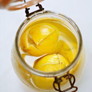 Rezepte für Salzzitronen gibt es viele, die meisten davon taugen etwas. Die Zitronen werden aufgeschnitten, …