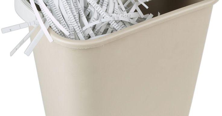 Cómo reparar una trituradora transversal de papel Royal. La trituradora transversal de papel Royal tritura documentos importantes y tarjetas de crédito para evitar el robo de identidad. A diferencia de una trituradora ordinaria que corta tus documentos en tiras largas, una trituradora de corte transversal utiliza una acción de corte doble produciendo partículas de longitud y anchura uniformes. Si no ...