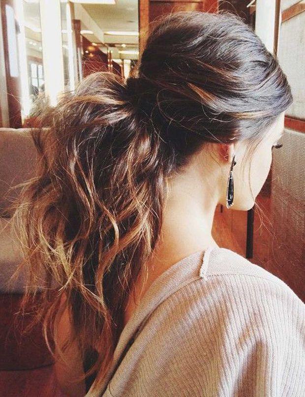 Une ponytail bombée Une coiffure très tendance qui nous fait un port de tête de rêve.
