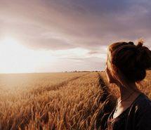 Вдохновляющая картинка поле, девушка, пейзаж, фотография, солнце. Разрешение: 500x334. Найди картинки на свой вкус!
