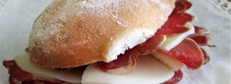 """Panino Pianura, Tra i Panini d'Autore il panino """"Pianura"""" spicca per la sua semplicità fatta di pochi e semplici ingredienti che si distinguono per la loro qualità: il Provolone Valpadana DOP e la Coppa di Parma IGP"""