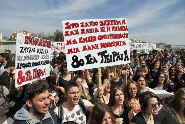 Παράσταση διαμαρτυρίας μαθητών για τις επαναληπτικές πανελλαδικές   Συντάκτης: Διαλεκτή Αγγελή  Παράσταση διαμαρτυρίας στο υπουργείο Παιδείας πραγματοποιούν σήμερα το μεσημέρι στις 12.00 οι μαθητές των σχολείων της Αττικής με βασικό τους αίτημα την επαναφορά των επαναληπτικών πανελλαδικών εξετάσεων. Την ίδια ώρα το Δ.Σ. της Ομοσπονδίας Λειτουργών Μέσης Εκπαίδευσης (ΟΛΜΕ) στηρίζει την κινητοποίηση των μαθητών κηρύσσοντας δίωρη διευκολυντική στάση εργασίας (12.00-14.00 και 14.00-16.00). Οι…