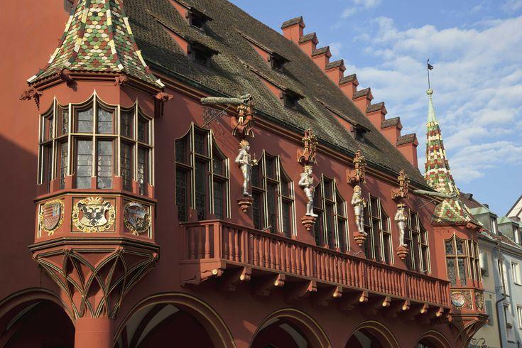Fribourg en Brisgau est une paisible ville située à la frontière de l'Alsace et au pied de la Forêt Noire. Petite ville accueillante et animée par sa vie universitaire, elle renferme de nombreuses curiosités patrimoniales à découvrir !