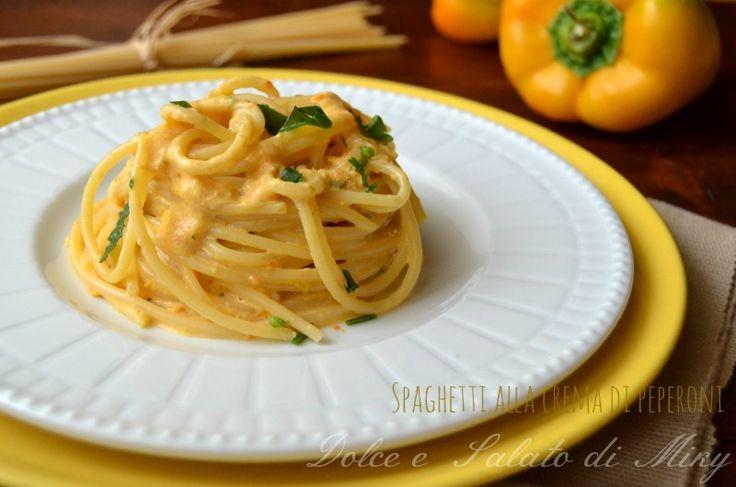 Spaghetti alla crema di peperoni, una ricetta facile, una crema gustosa e delicata allo stesso tempo, perfetta sia per i più grandi che per i bambini.