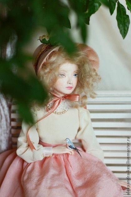 Камилла. Нежная и мечтательная малышка Камилла.    Высота композиции 26 см, материал - Darvi classik, волосы - мохер, одежда - натуральный шелк, туфельки из атласа. Скамеечка изготовлена из меди и дерева, клетка сделана вручную из медной проволоки.