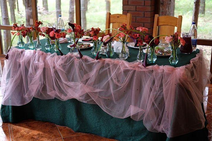 """Идея украшения стола молодожёнов заключалась в имитации """"стекающего"""" арбузного сока с косточками- @arsenaldecor_wedding реализовали задумку на все а во флористике ключевую роль мы отвели чёрным калламкоторые продолжили тему """"текучести"""" своими изгибами #7ойлепесток #свадебнаяфлористика #столмолодых #арбузыLOVE больше фото http://ift.tt/2eepkPl"""