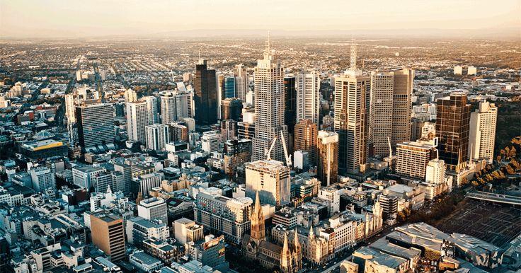 ДЕНЬ 1: МЕЛЬБУРН Сегодня первый день нашего путешествия по Австралии. В течении дня мы прилетаем в Мельбурн, размещаемся в отелях. Встреча группы запланирована на 20.00 в баре в лобби отеля.  Вечный конкурент Сиднея и один из красивейших и динамичных городов Австралии, город с его бесконечными кафе и барами на улицах, песчаными пляжами, набережными, архитектурой с граффити и другим street art. По желанию посетите огромный аквариум.