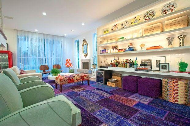 Décor do dia: tapete roxo e azul Estar tem peças vintage e garimpadas, e muita cor