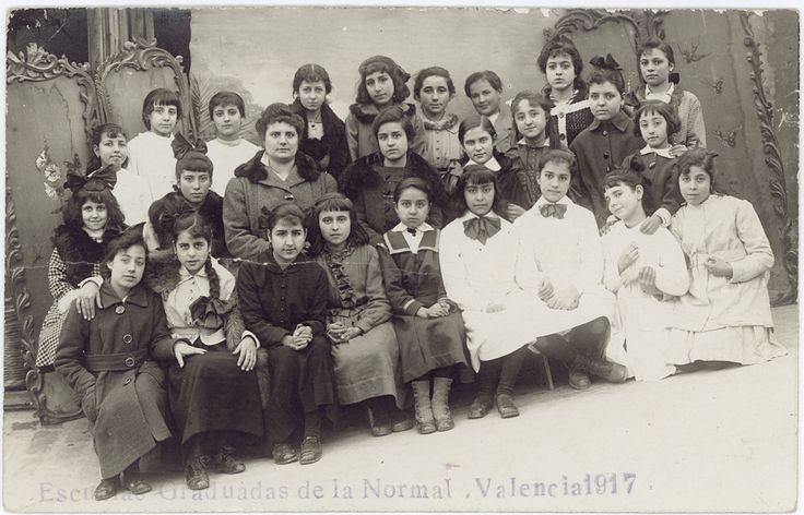 [Alumnas con profesora] : [Escuela Graduadas de la Normal Valencia 1917]. (s.a.) - Anónimo