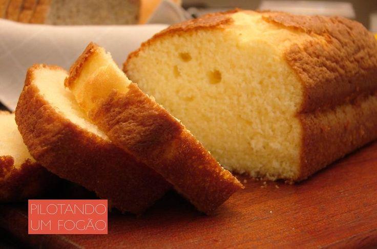 Bolo inglês tem cheirinho e gosto de infância. Prove essa receita e se apaixone! Ingredientes: - 2 claras; - 2 gemas; - 50g de manteiga sem sal; - 1 xícara de açúcar; - 1 xícara de farinha de trigo; - 1/2 xícara de amido de milho; - 1/2 xícara de leite morno; - 1/2 colher de sopa de fermento químico; - manteiga ou margarina para untar a forma;