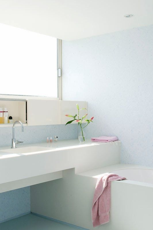 25 beste idee n over badkamer raam decor op pinterest slaapkamer verbouwen klein huis - Idee outs kamer bad onder het dak ...