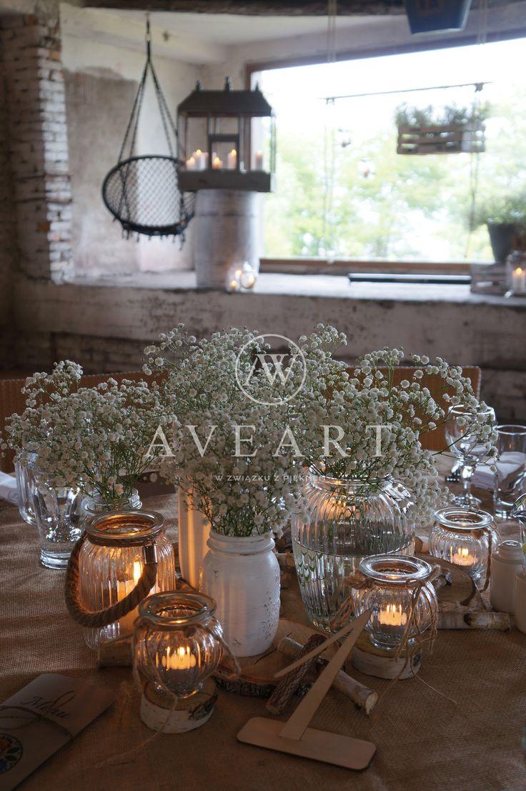 Dekoracja stołu Pary Młodej Jutowe obrusy, metalowe balie, drewniane beczki, stare patynowane skrzynie to charakterystyczne elementy dla tej scenografii ...
