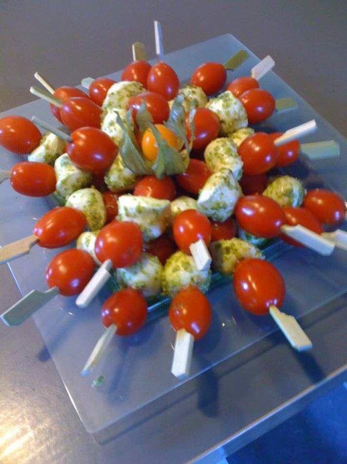Brochettes billes de mozarelle et tomates cerise au pesto