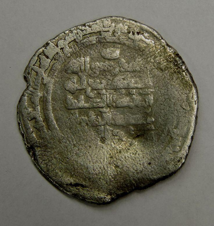 Arabska srebrna moneta zwana dirhamem, będąca odpowiednikiem denarów wybijanych w Europie. Analiza napisów wykazała, że była ona emitowana przez Buwajhidów – dynastię pochodzenia perskiego, rządzącą w zachodnim Iranie i Iraku. Czas emisji określono na 2 połowę X w., a więc okres panowania u nas Mieszka I. Moneta została znaleziona na terenie Gniezna, poświadczając pośrednio znaczenie grodu gnieźnieńskiego w handlu dalekosiężnym, w tamtym okresie.