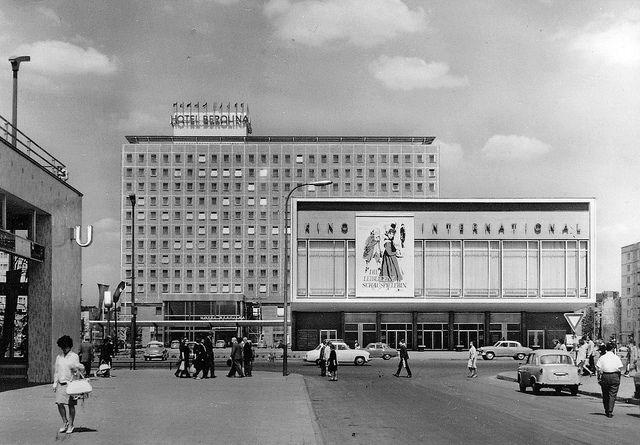 Berlin-Mitte, Karl-Marx-Allee, 1964  Historische Ansichtskarte © Gebr. Garloff KG · Magdeburg    Hotel Berolina und Kino International, 1960 bis 1964 im Rahmen des zweiten Bauabschnittes der Karl-Marx-Allee nach einem Entwurf von Josef Kaiser, Günter Kunert und Kollektiv erbaut. Das 13etagige Gebäude verfügte über 375 Zimmer, ein Hotelrestaurant mit 200 Plätzen, ein Spezialrestaurant im Souterrain, ein Café im Dachgeschoss sowie über Gesellschafts- und Konferenzräume. Das Haus stand zwischen…